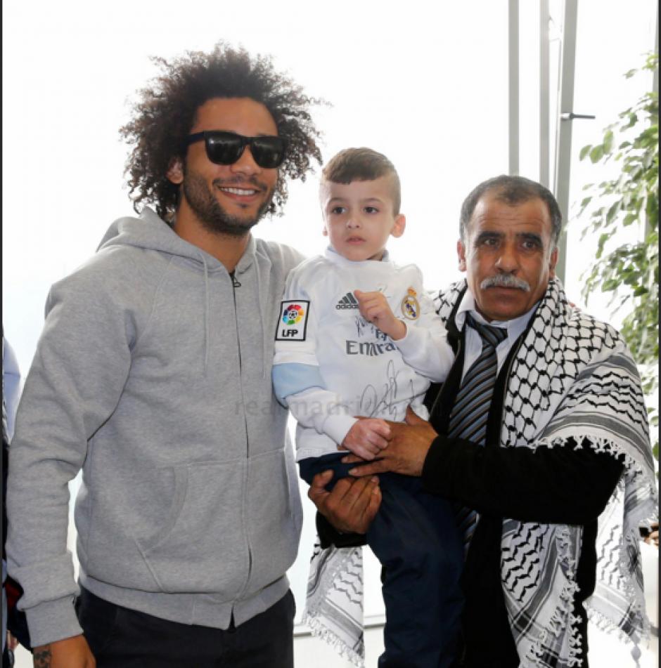 El pequeño Ahmad junto a Marcelo (izquierda). (Foto: Real Madrid)