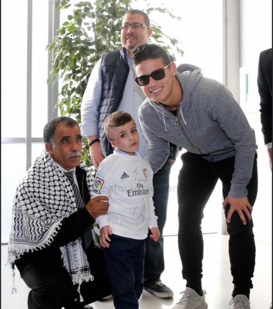 James Rodríguez (derecha), también se tomó fotografías con Ahmad. (Foto: Real Madrid)