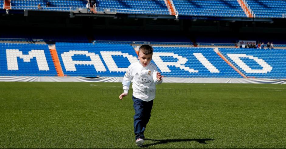 El pequeño Ahmad sobre el césped del Bernabéu. (Foto: Real Madrid)