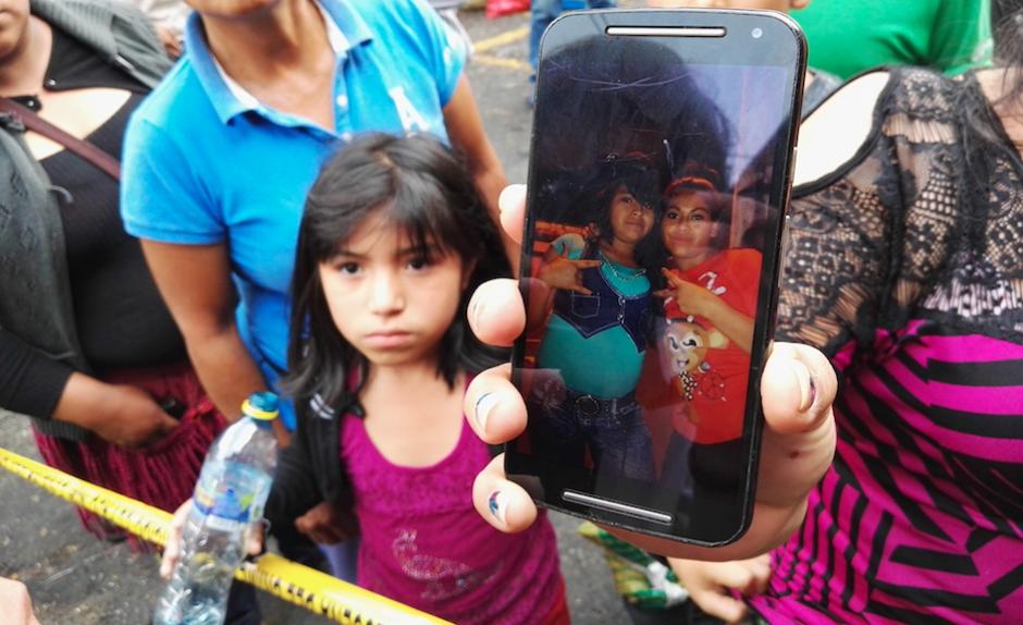 Familiares y amigos muestran una foto de las niñas fallecidas. (Foto: Gustavo E. Méndez)