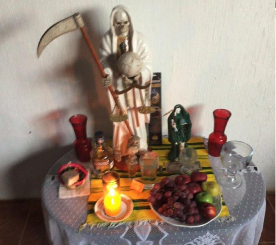 En una de las viviendas allanadas se localizó un altar a la Santa Muerte. (Foto MP)