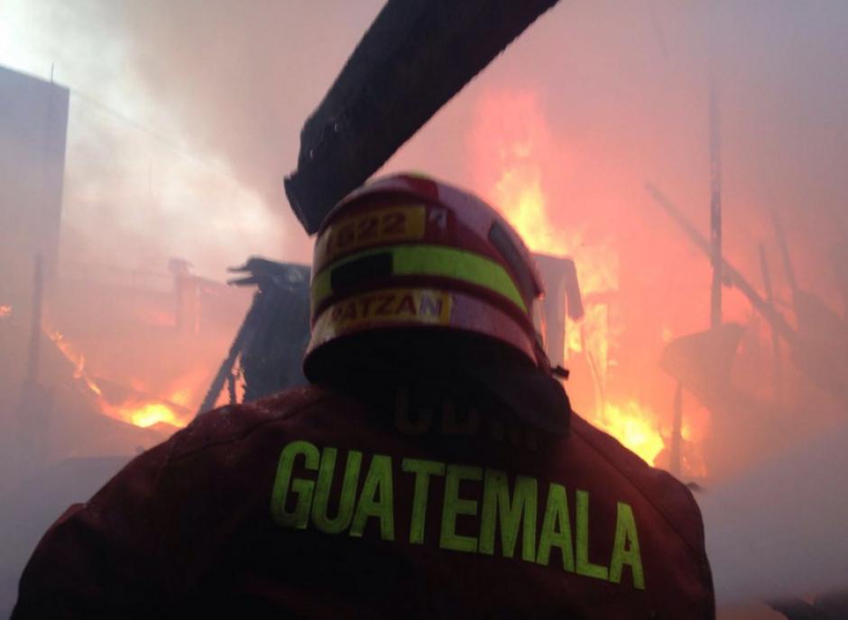 Los Bomberos Voluntarios declaran incendio de grandes proporciones en La Terminal. (Foto: Bomberos Voluntarios)