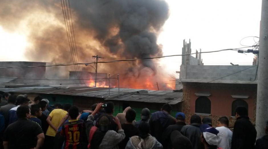 El incendio se percibe desde la Atanasio Tzul. (Foto: Bomberos Voluntarios)