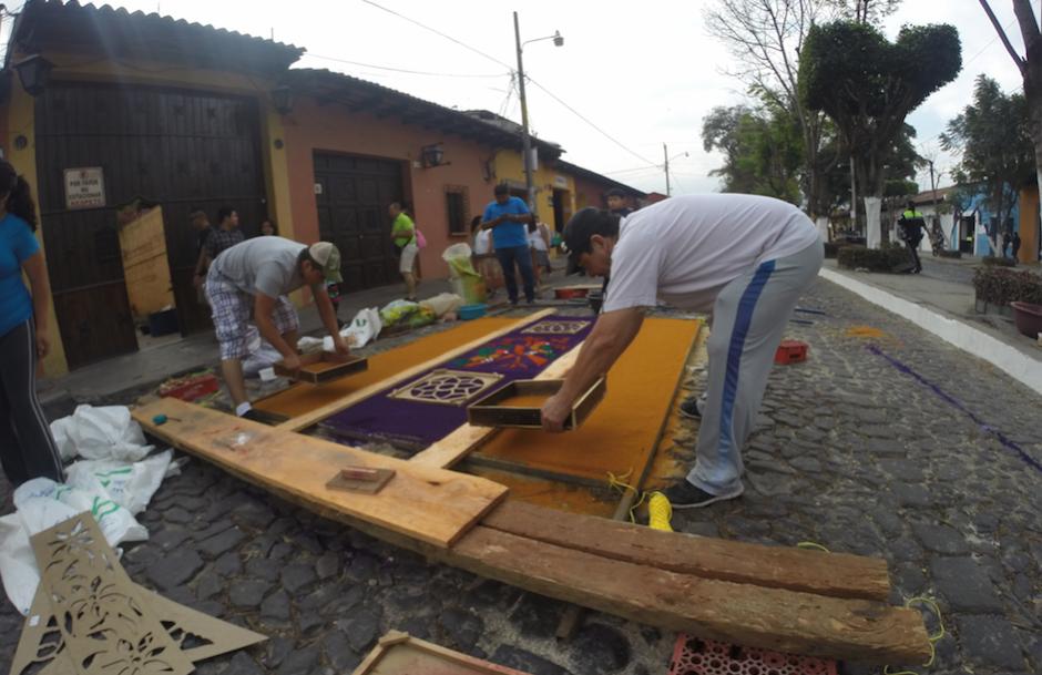El ingenio para no arruinar la obra maestra es parte de los fieles católicos. (Foto: Fredy Hernández/Soy502)