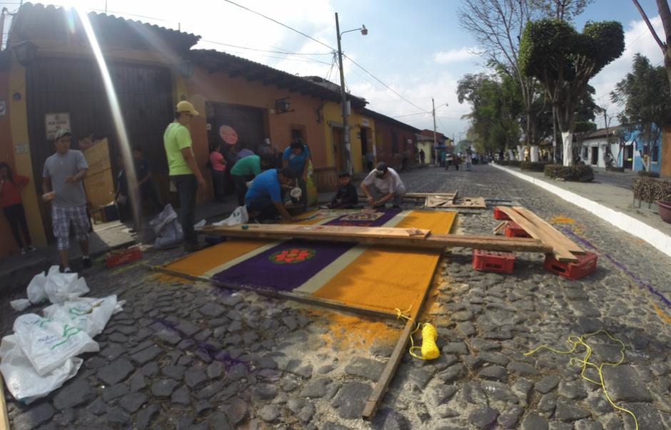 Los materiales son serrín de colores, flores y corozo. (Foto: Fredy Hernández/Soy502)