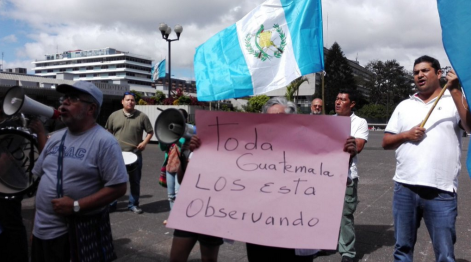 Ciudadanos advierten vigilancia a los magistrados de la CSJ. (Foto: Marcia Zavala/Soy502)