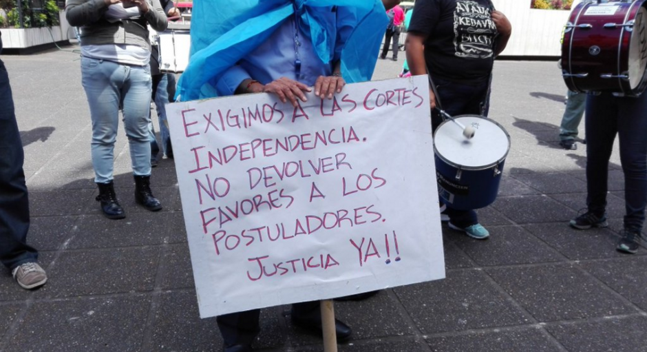 Este es uno de los carteles que muestran los protestantes frente a la CSJ. (Foto: Marcia Zavala/Soy502)