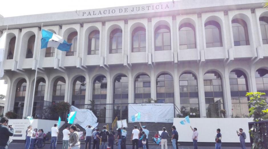Mientras los magistrados siguen reunidos los ciudadanos continúan con la protesta. (Foto: Marcia Zavala/Soy502)