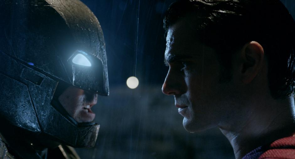 Enfrente de Superman se encuentra un Batman envejecido y solitario, carcomido por las dudas y por los deseos de venganza. (Foto: Sitio web Batman v Superman)