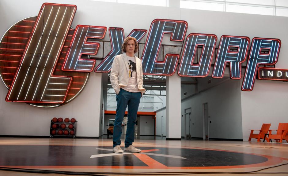 La cómica y perversa interpretación del malvado Lex Luthor a cargo de Jesse Eisenberg. (Foto: Sitio web Batman v Superman)