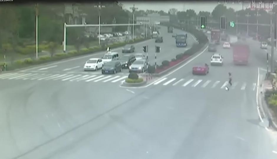 Una mujer no le presta atención a la luz roja del semáforo. (Foto: RT en Español / YouTube)