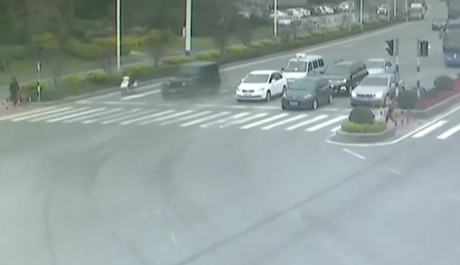 La mujer se cruza la calle corriendo. (Foto: RT en Español / YouTube)