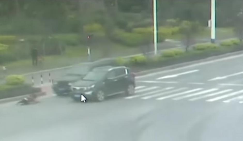(Al segundo automóvil no le da tiempo de frenar y la arrastra por varios metros. Foto: RT en Español / YouTube)