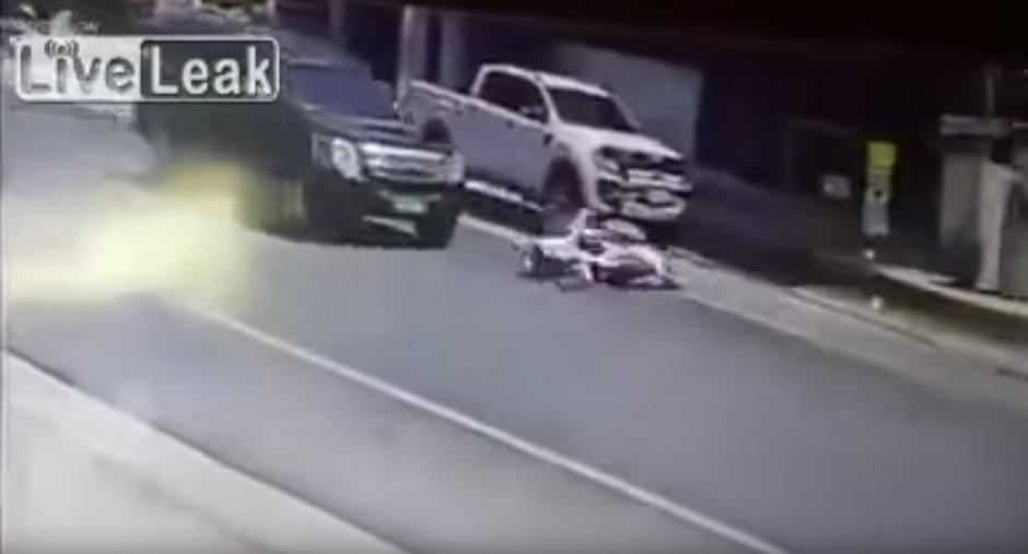 Un automovilista frena a tiempo y evita un atropellar a una pareja. (Foto: Live Leak/ YouTube)