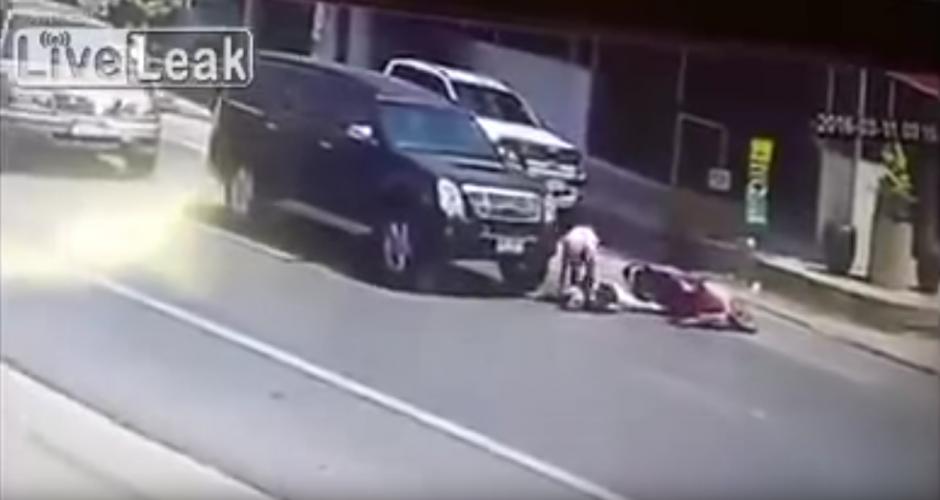 La pareja que viaja en una motocicleta cae a escasos centímetros de un carro en movimiento. (Foto: Live Leak/ YouTube)
