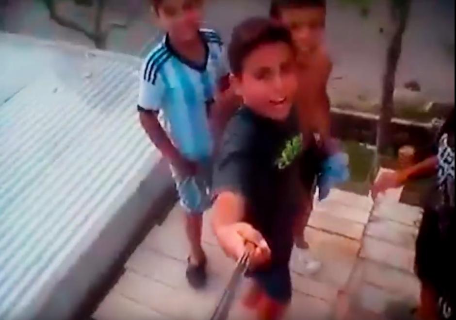 Un grupo de amigos trata de tomarse una selfie. (Foto: Watsha Tv/ YouTube)