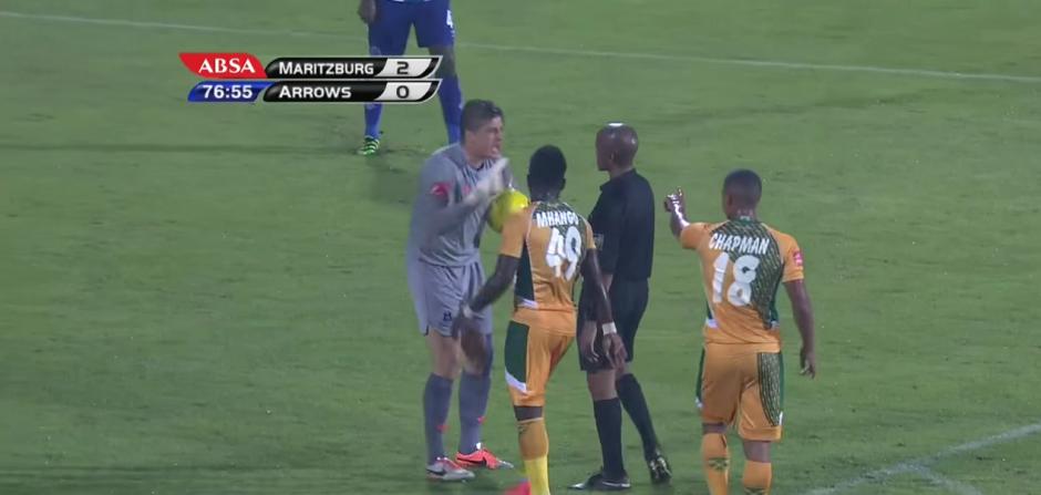 Glenn Verbauwhede discute con el árbitro. (Foto: SuperSport/ YouTube)