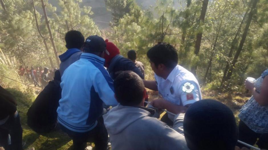 Las personas con los bomberos intentan extraer a los heridos del bus. (Foto: Bomberos Voluntarios)