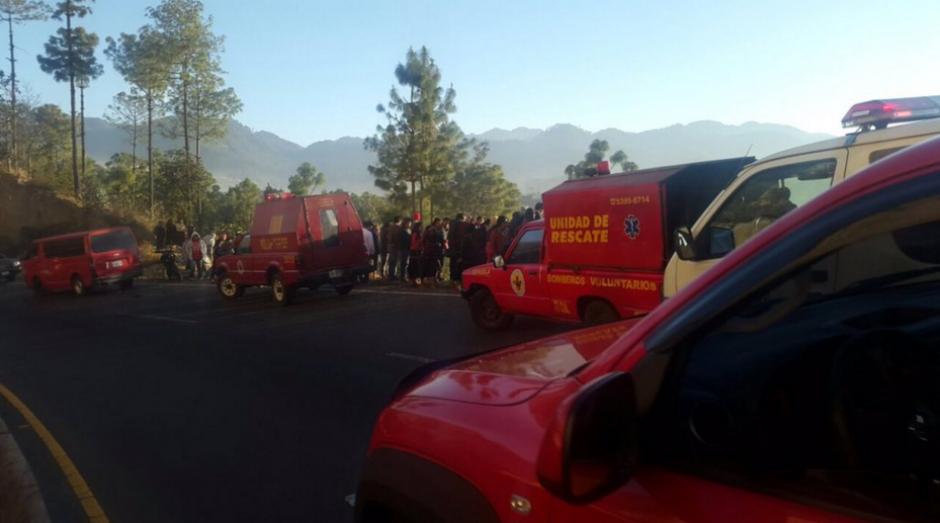 Las unidades de rescate continúan las labores para extraer víctimas. (Foto: Bomberos Voluntarios)