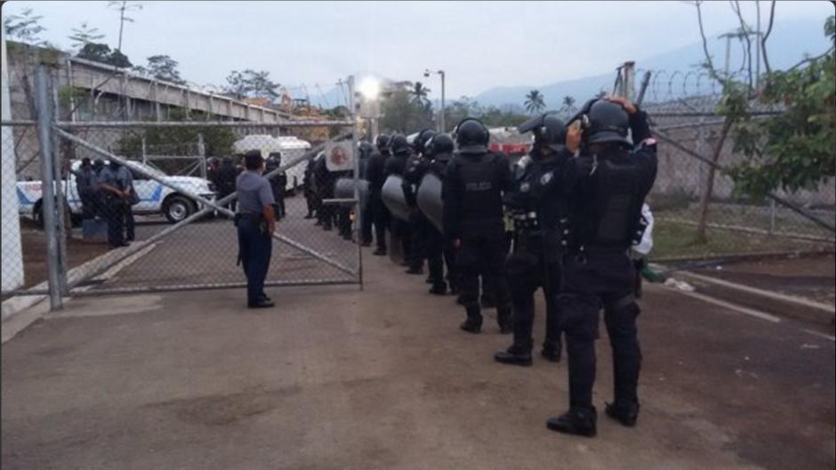 Policías resguardan las afueras de un centro de detención. (Foto: Twitter/@MiSeguridad_SV)