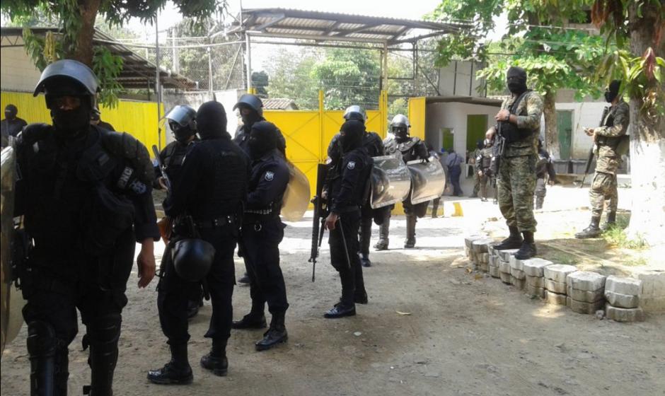 La policía resguarda las afueras de un centro preventivo. (Foto: Twitter/@MiSeguridad_SV)