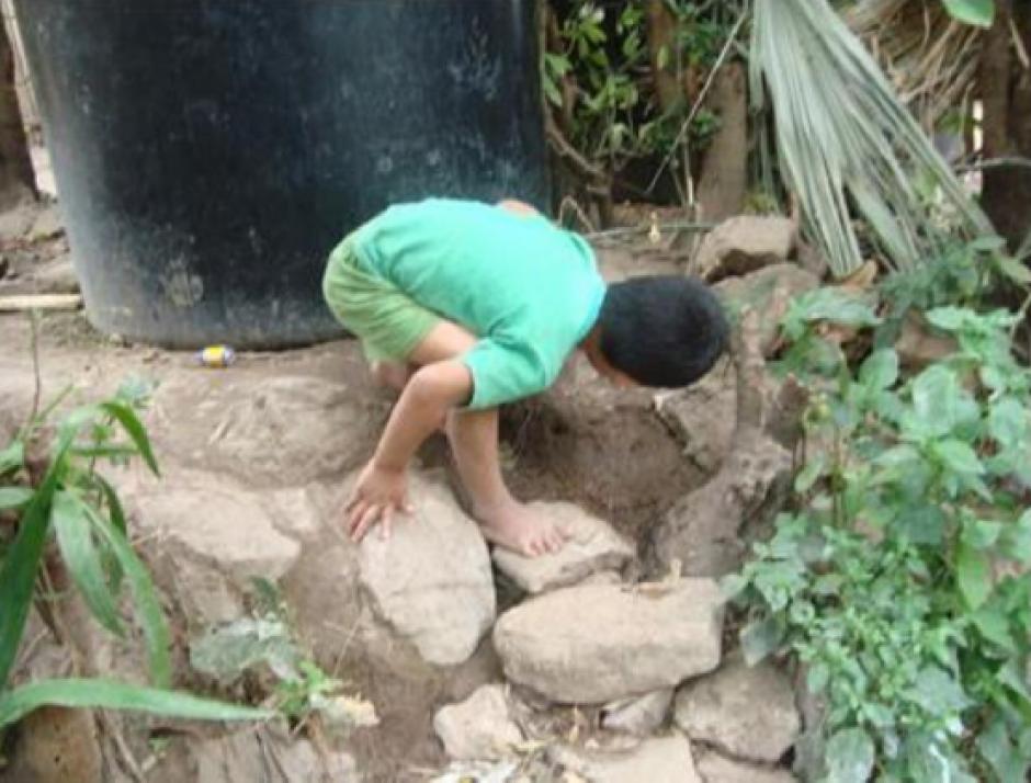 Aunque se les instaló un recipiente para el depósito de agua, el líquido vital no llega a las familias. (Foto PDH)