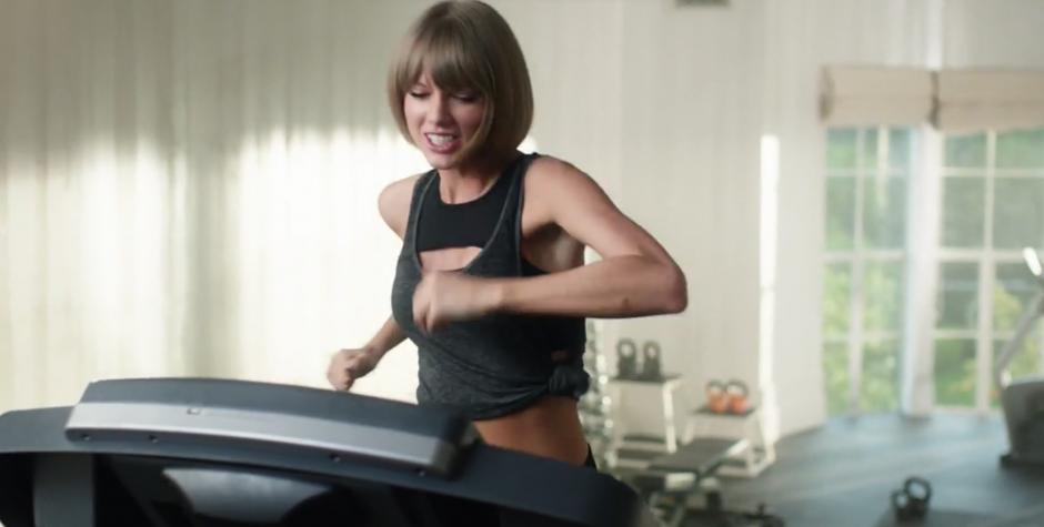 Taylor Swift hace ejercicio mientras escucha una canción en Apple Music. (Foto: YouTube/Beats 1 Radio)