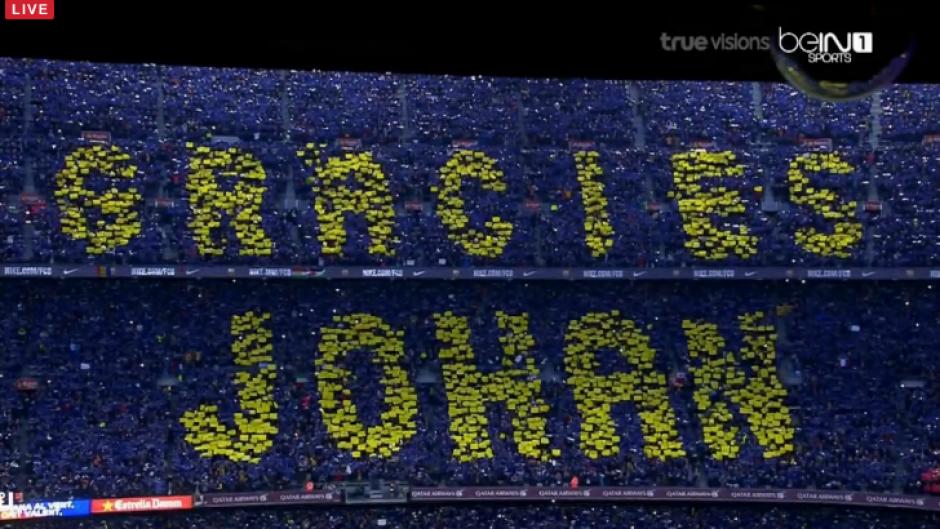 Así fue el mosaico que dedicó la afición del Barcelona a Johan. (Foto:BeinSports)
