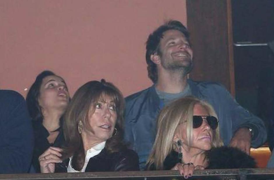 Bradley Cooper disfruta el concierto de la mítica banda. (Foto: TMZ)