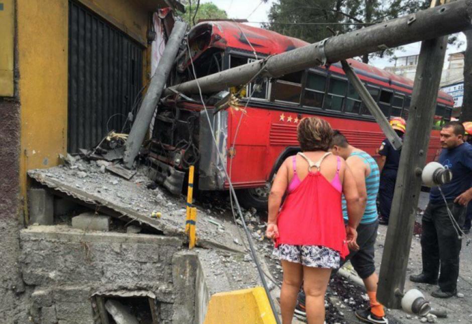 El bus se empotró contra una vivienda en el anillo Periférico. (Foto: Bomberos Voluntarios)