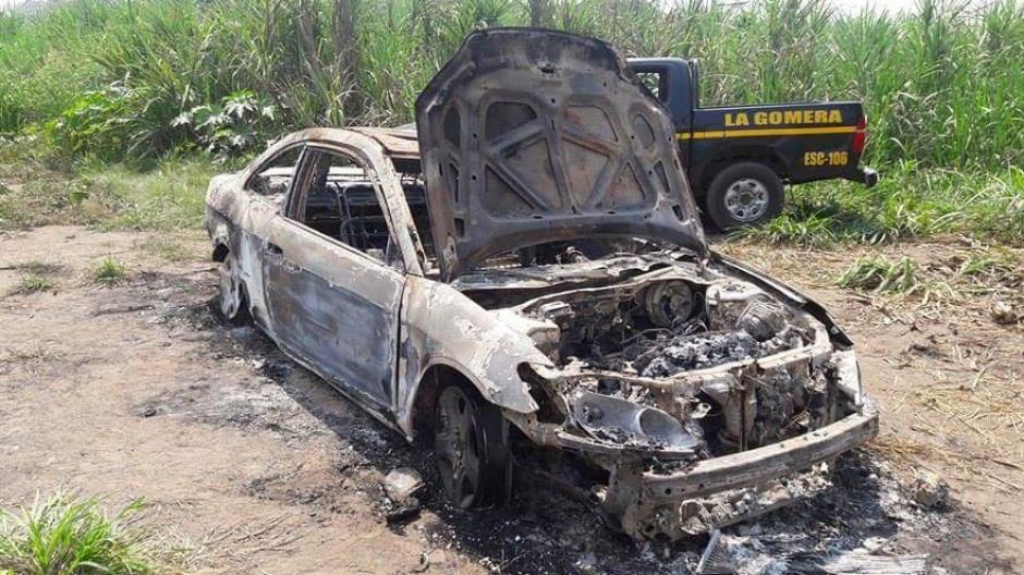 El vehículo fue localizado por Bomberos Voluntarios en La Gomera, Escuintla. (Foto: Twitter/@WalteHermosilla Bomberos Voluntarios)