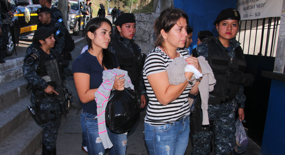 Las mujeres detenidas también fueron ingresadas al Preventivo de la zona 18. (Foto: Mingob)