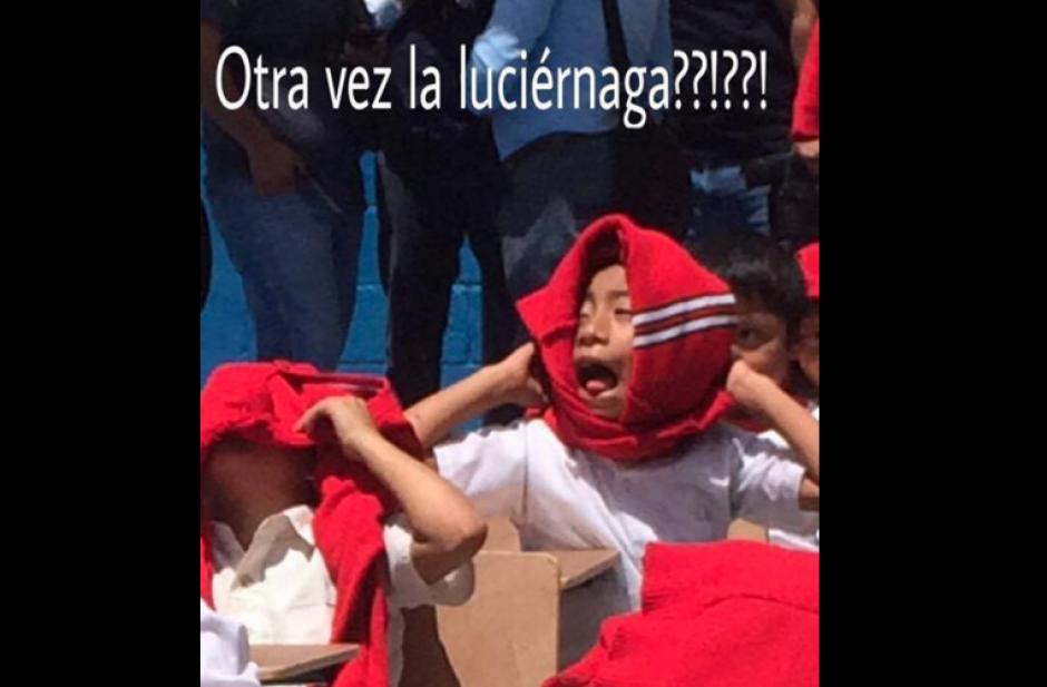Otros niños también sufrieron por el sol y el discurso del Presidente. (Foto: Facebook)