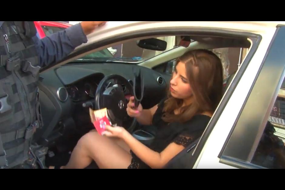 La chica le ofrece 100 pesos mexicanos a los policías para que la dejen ir. (Foto: Óscar Aguilar/YouTube)