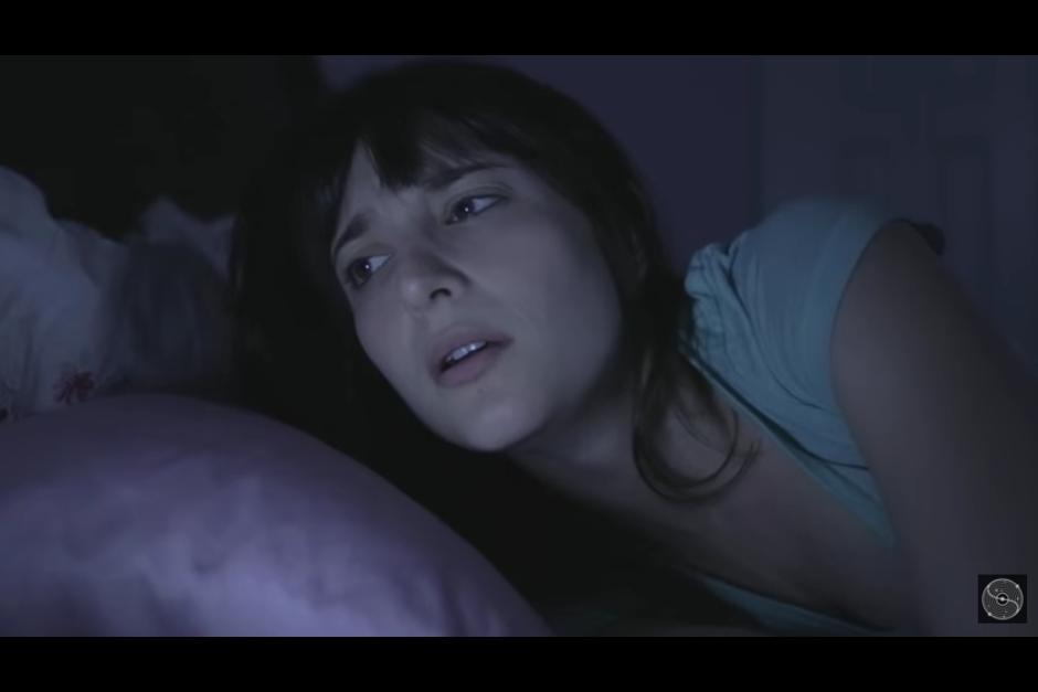 La chica despierta a mitad de la noche para ver quién le ha escrito, pero se lleva una gran sorpresa. (Captura YouTube)
