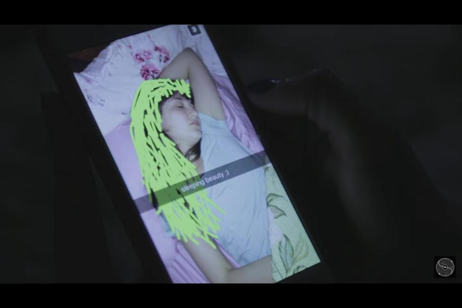 Sin embargo, la chica vuelve a despertar cuando recibe otro misterioso mensaje. (Captura YouTube)