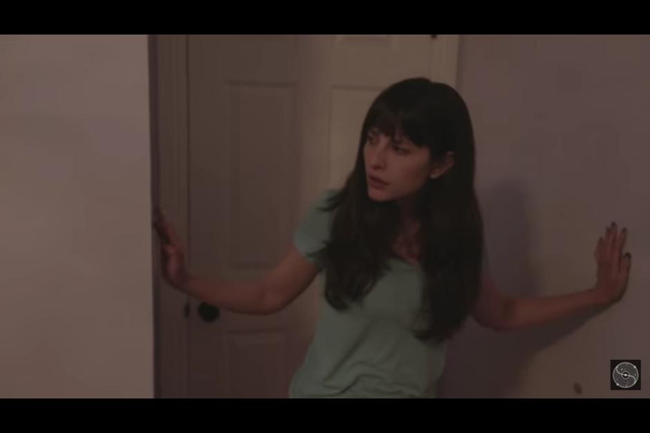 La protagonista del corto busca una explicación para los mensajes que recibe mientras duerme. (Captura YouTube)