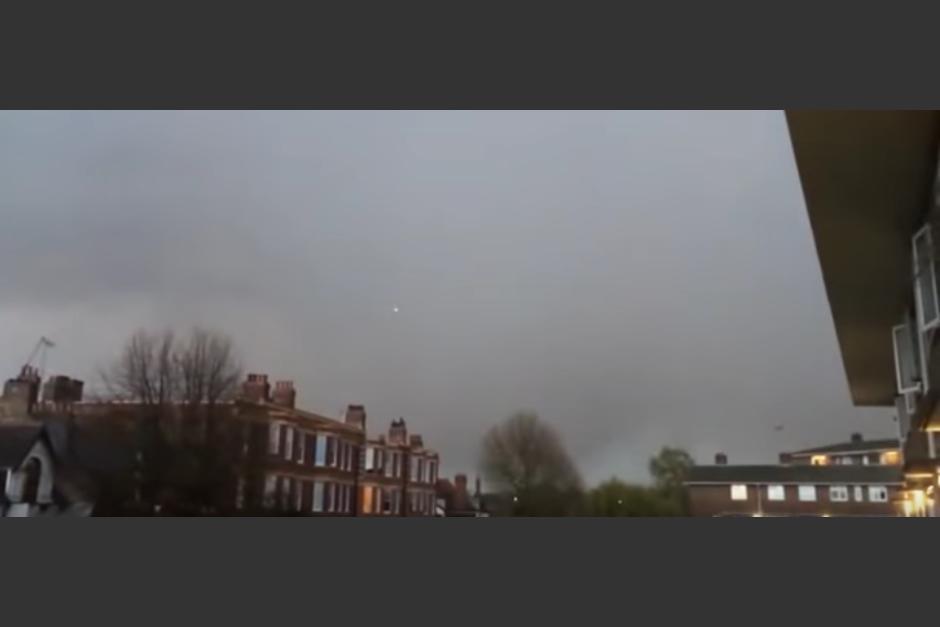 Durante una tormenta un rayo alcanza un avión. (Captura de pantalla de YouTube)