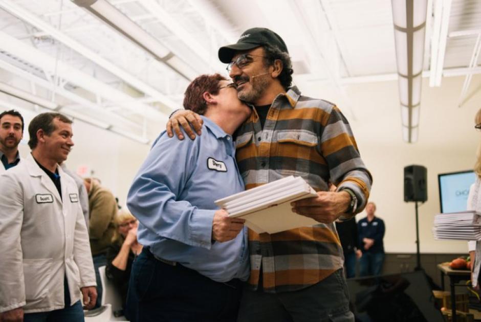 El empresario estadounidense Hamdi Ulukaya dio sorpresa a empleados. (Foto: askmen.com)