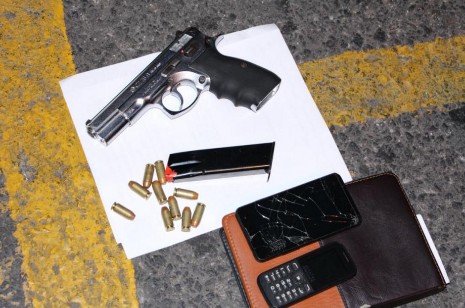 A los detenidos les decomisaron varias armas de fuego. (Foto: @PNCdeGuatemala)