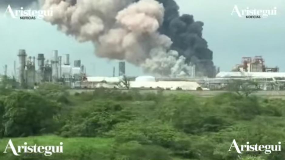 La explosión provocó un incendio que se extendió por varios sectores de la planta. (Foto: Vialidad/Xalapa)