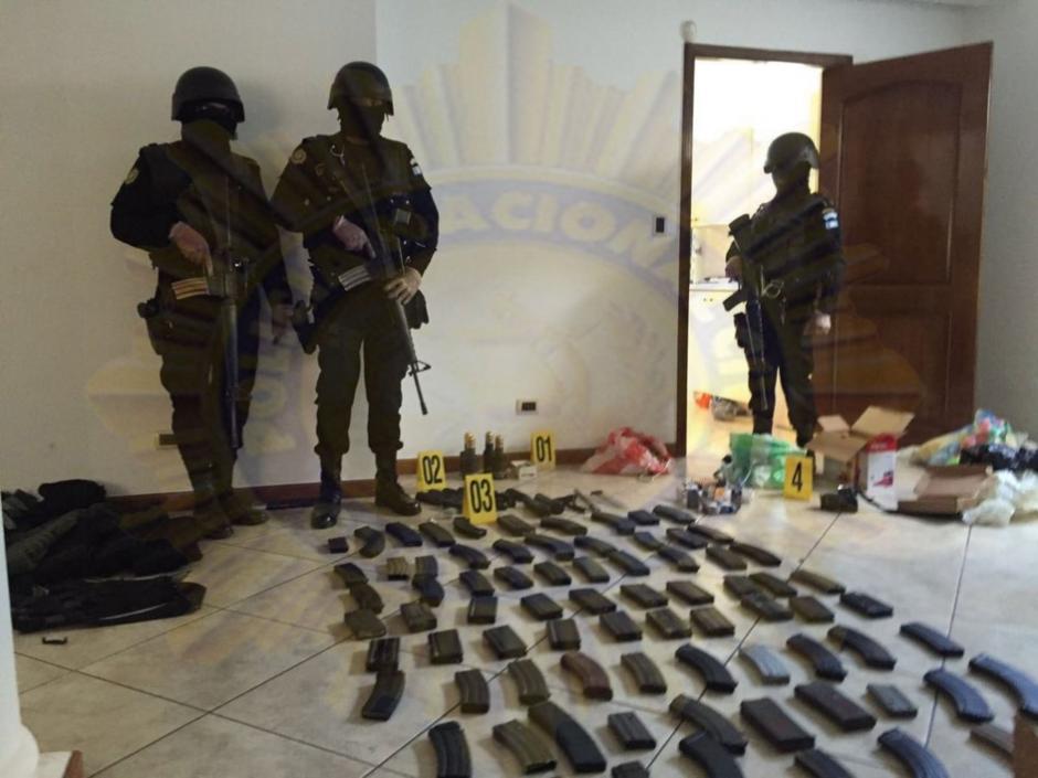 Varios cargadores y municiones fueron encontrados durante los allanamientos. (Foto: cortesía PNC)