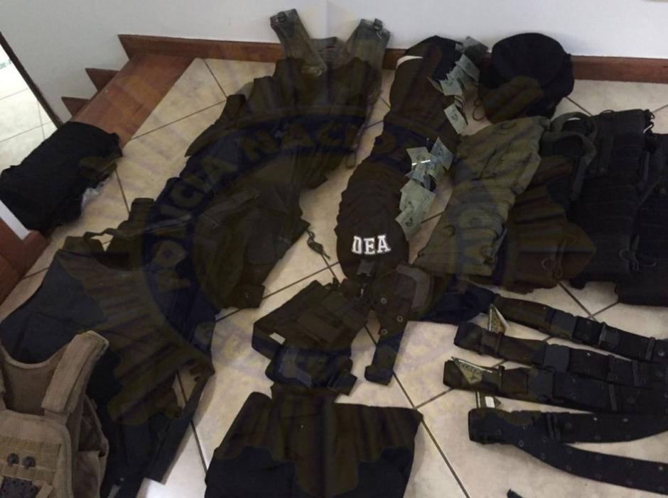 Dentro de uno de los inmuebles fueron localizados chalecos antibalas y uniformes tácticos. (Foto: cortesía PNC)