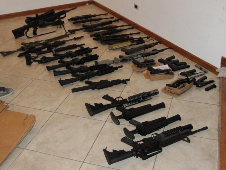 En la vivienda ubicada en Santa Catarina Pinula ubicaron 21 rifles. (Foto: cortesía PNC)