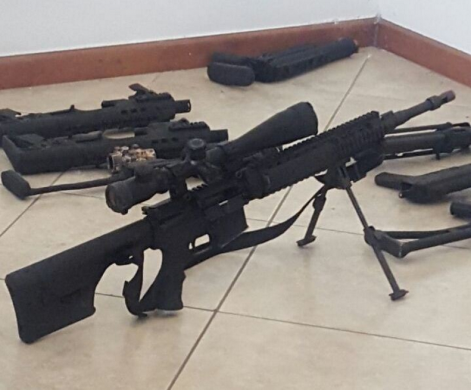Entre el arsenal se localizó un rifle para francotirador. (Foto: cortesía PNC)