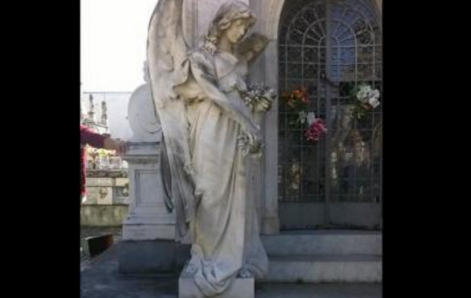 Una extraña figura apareció dentro de un mausoleo en Uruguay