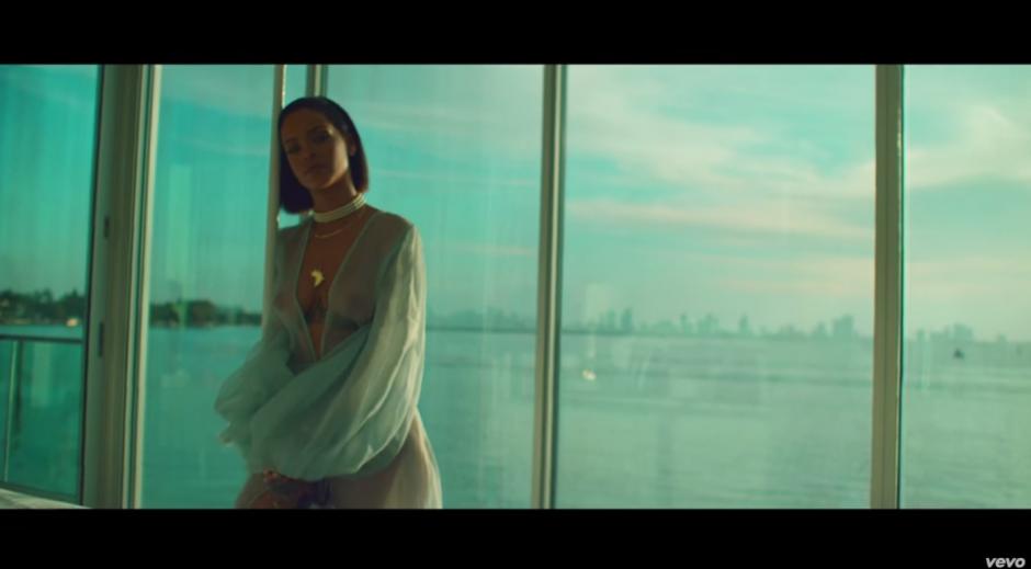 La cantante luce sensual en el video (Foto: YouTube)
