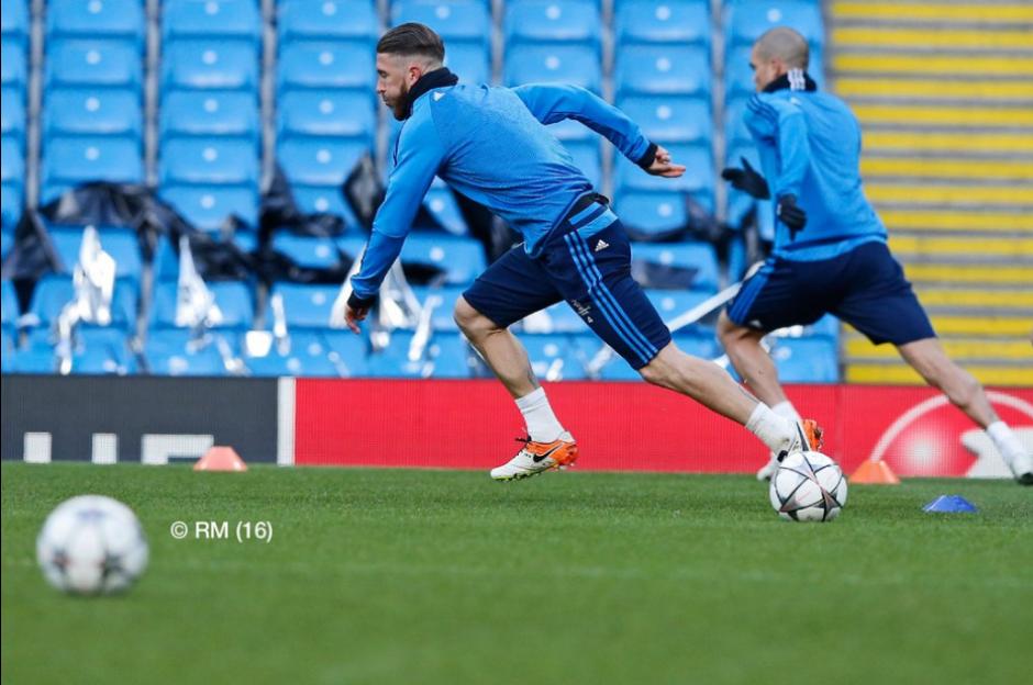 Ramos durante el reconocimiento de cancha. (Foto: Twitter/Real Madrid)