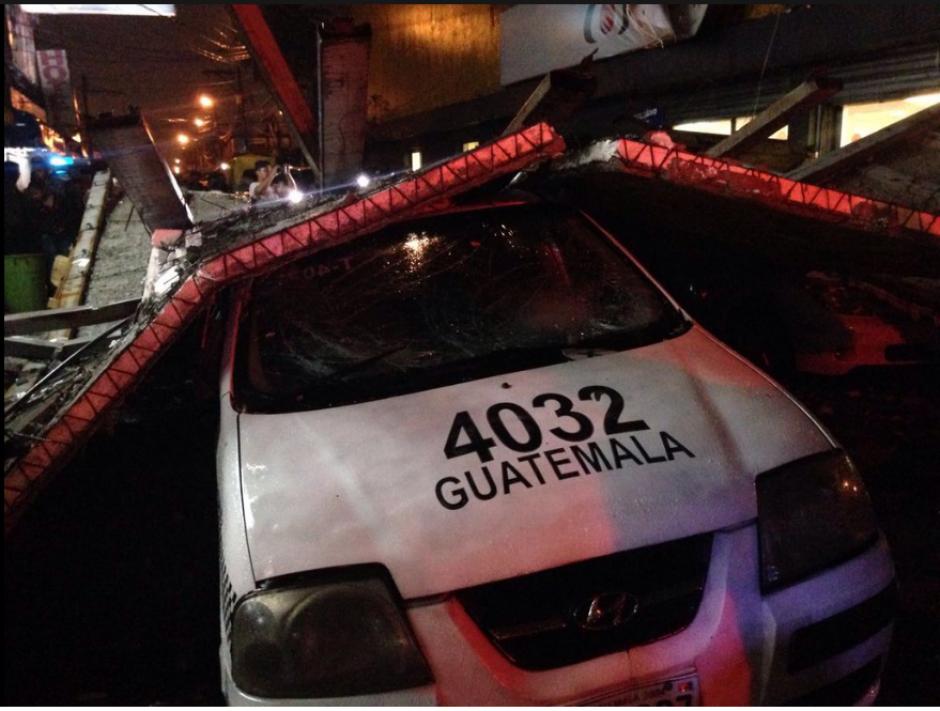 Una valla publicitaria cayó sobre un taxi y una venta de pan en el Trébol. (Foto: Bomberos Voluntarios)