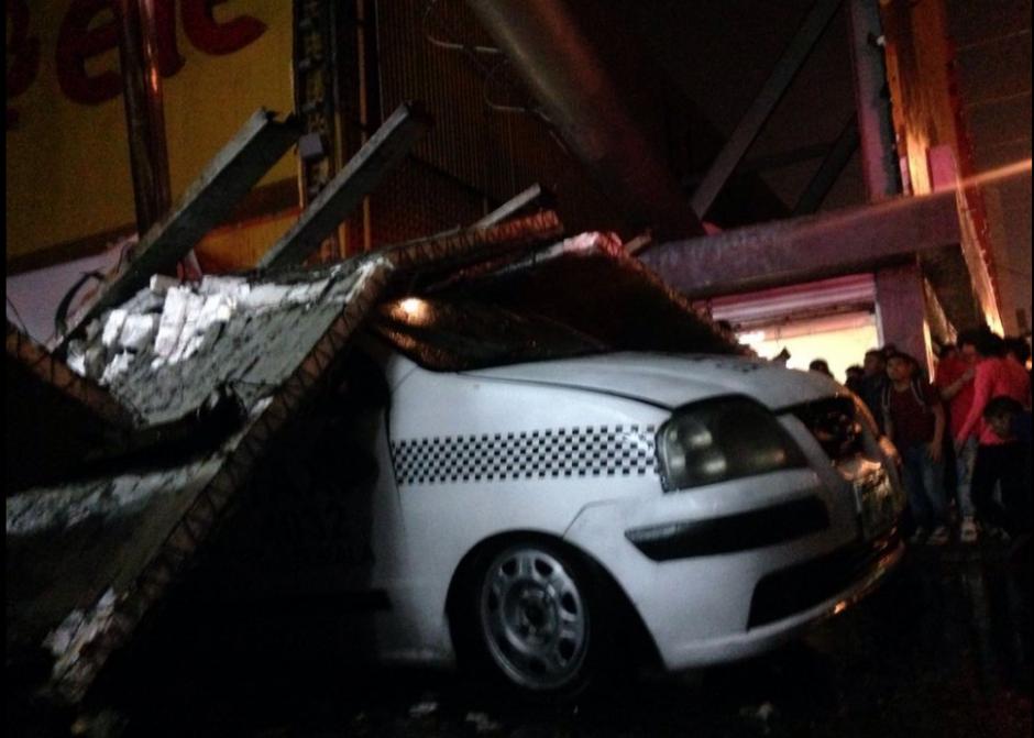 El piloto quedó atrapado entre el taxi y la valla. (Foto: Bomberos Municipales)